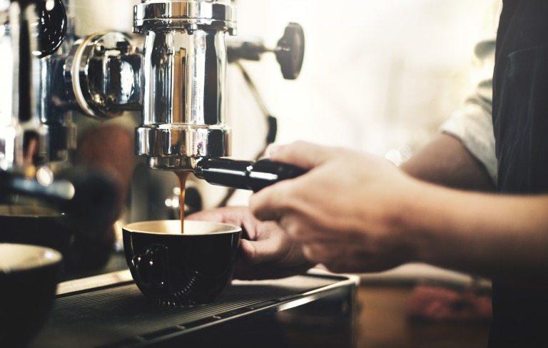 コーヒーを入れるバリスタ