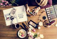 メイクアイテム、ファッション誌、ネイルする女性