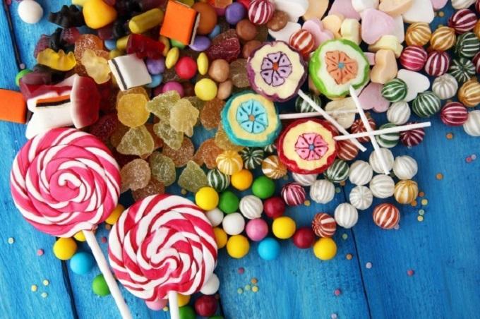 キャンディー、グミなどの合成着色料入り食品