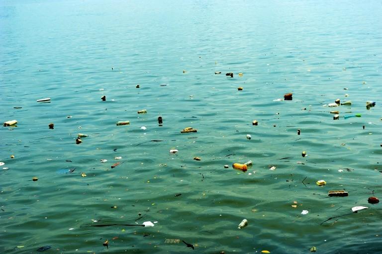 海面に漂うプラスチックごみ