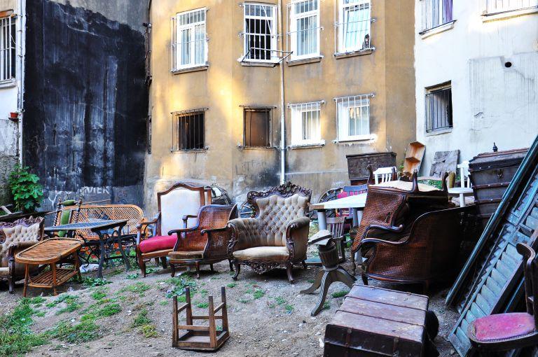 廃棄された家具