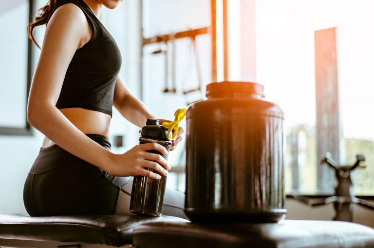 トレーニング後にプロテインを飲む女性