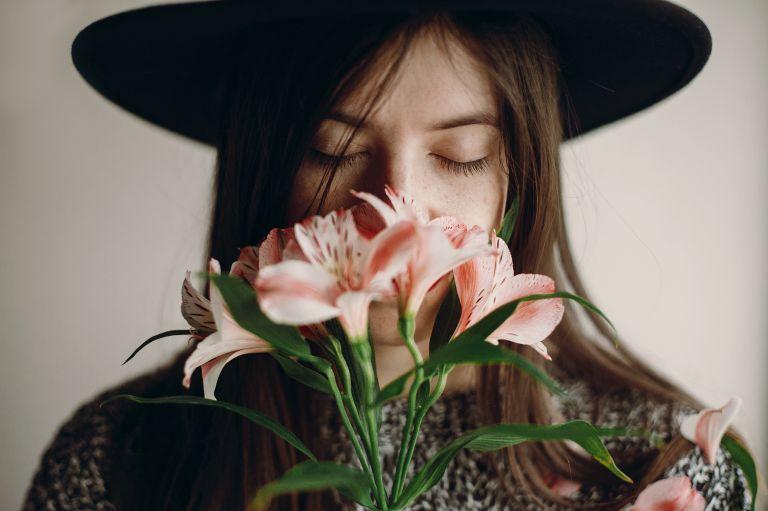 花の香りをかぐ女性