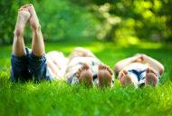 芝生に寝転がる子供たち