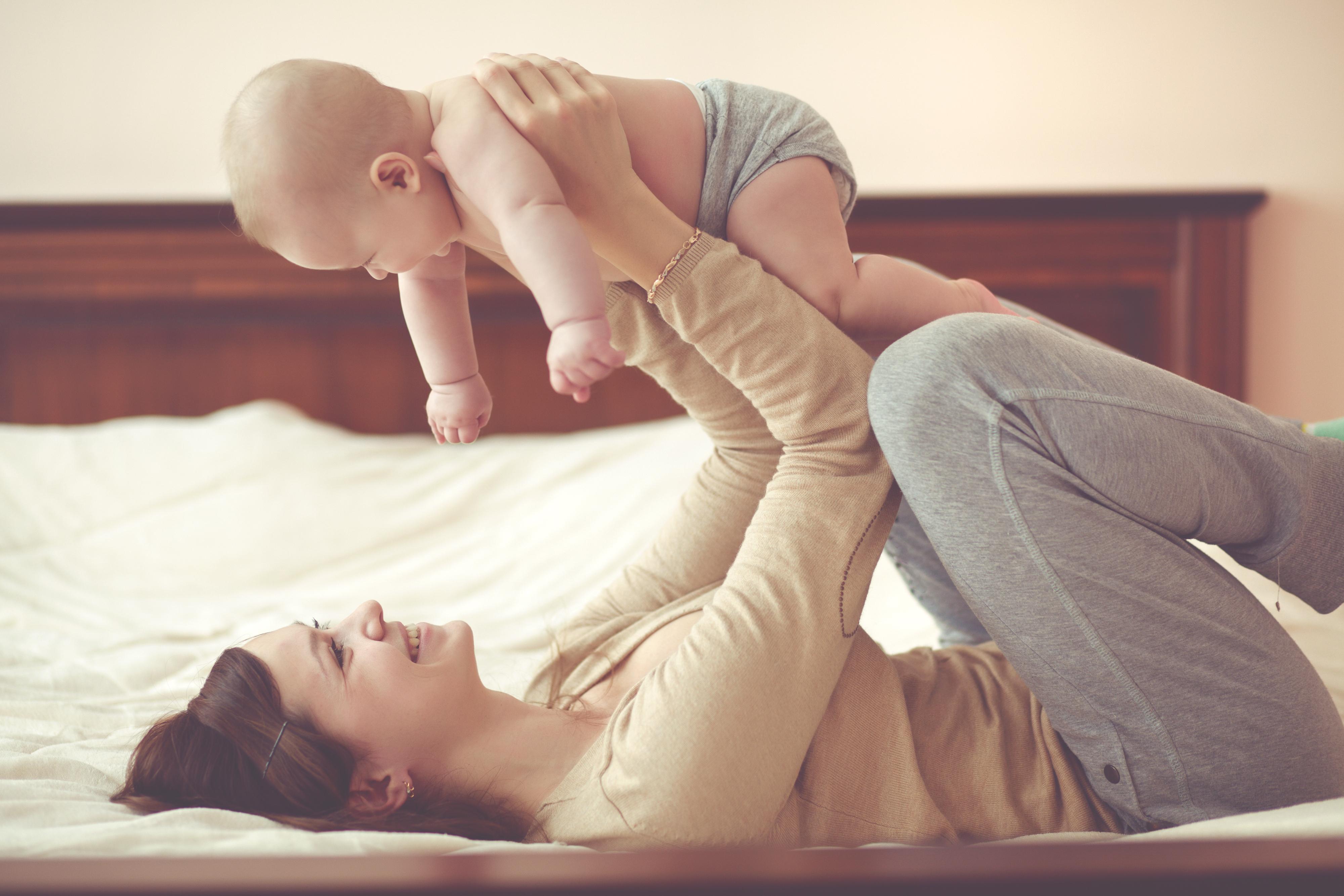 コットン素材の服を着ている母親と赤ちゃん